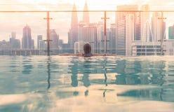 在屋顶上面的游泳池有美好的城市视图吉隆坡马来西亚 免版税图库摄影
