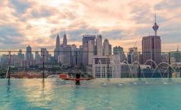 在屋顶上面的游泳池有美好的城市视图吉隆坡马来西亚 图库摄影
