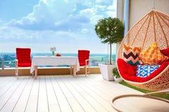 在屋顶上面露台区域的放松的用装备的区域温暖的夏日 库存图片