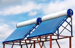 在屋顶关闭的太阳水加热器 免版税库存照片