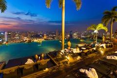 在屋顶和新加坡市地平线的水池 库存图片