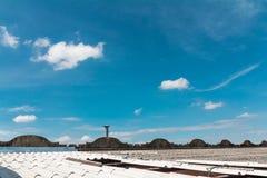 在屋顶和蓝天的烟囱 免版税图库摄影
