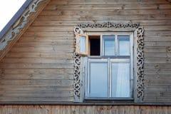 在屋顶土坎的木制框架窗口 免版税图库摄影