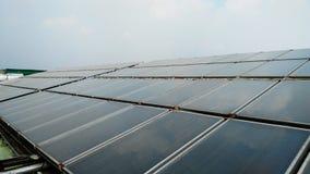在屋顶地板上的太阳水加热 库存照片