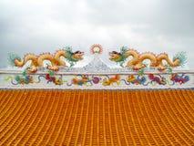 在屋顶太阳射线灯笼中国人艺术的两条龙马赛克 免版税图库摄影