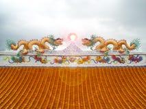在屋顶太阳火光灯笼中国人艺术的两条龙马赛克 免版税库存照片
