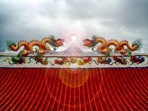 在屋顶太阳火光灯笼中国人艺术的两条龙马赛克 库存照片