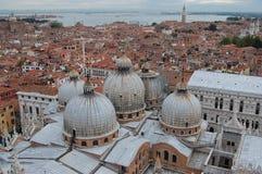 在屋顶威尼斯视图间 库存照片