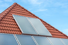 在屋顶安装的太阳电池板 库存照片