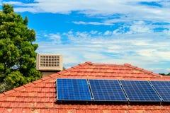 在屋顶安装的太阳电池板 免版税库存图片