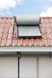 在屋顶安装的热水太阳电池板 免版税库存照片