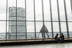 在屋顶庭院的夫妇其中一个伦敦的偶象摩天大楼 库存照片