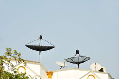 在屋顶房子的卫星 免版税库存图片