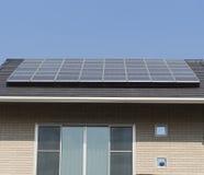在屋顶房子的太阳电池板 免版税图库摄影