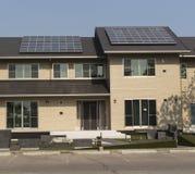在屋顶房子的太阳电池板 免版税库存照片
