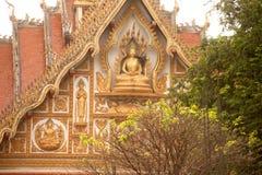 在屋顶教会的老挝艺术老挝寺庙的。 库存图片