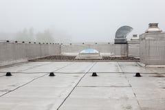 在屋顶的一个圆顶在雾 图库摄影