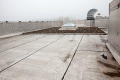 在屋顶的一个圆顶在雾 库存照片