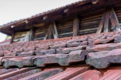 在屋顶的一个老瓦片 库存图片