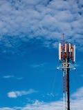 在屋顶的一个细胞塔在好的天空 库存图片
