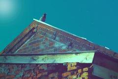 在屋顶的乌鸦在午夜守卫 免版税图库摄影