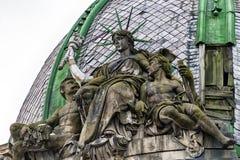 在屋顶的供以座位的自由女神像 人种学博物馆在利沃夫州市 免版税库存图片
