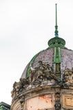 在屋顶的供以座位的自由女神像 人种学博物馆在利沃夫州市 免版税库存照片