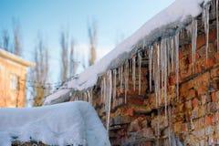 在屋顶的冰冷的冰柱 库存图片