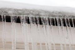 在屋顶的冰柱,结冰的水 冷的冬天天气概念,软的焦点,浅景深 前宏观视图 库存图片