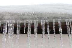 在屋顶的冰柱,结冰的水 冷的冬天天气概念,软的焦点,浅景深 前宏观视图 图库摄影
