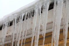 在屋顶的冰柱 冷的冬天天气概念,软的焦点,浅景深 宏观侧视图 免版税库存图片