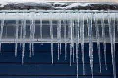 在屋顶的冰柱 时数横向季节冬天 免版税库存图片
