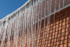 在屋顶的冰柱 库存图片