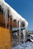 在屋顶的冰柱 免版税库存图片