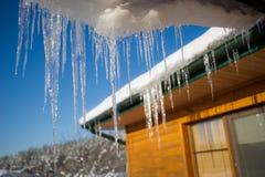 在屋顶的冰柱 免版税图库摄影