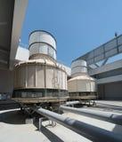 在屋顶的冷却塔-空调系统 免版税库存图片