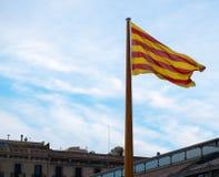 在屋顶的加泰罗尼亚的旗子 免版税库存照片