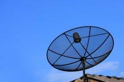 在屋顶的卫星电视天线 免版税库存图片