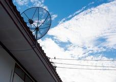 在屋顶的卫星盘有美丽的蓝天的 免版税库存照片