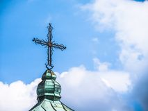 在屋顶的基督徒十字架 免版税库存照片