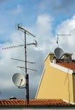 在屋顶的多个天线 库存照片
