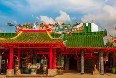 在屋顶的多彩多姿的龙 中国寺庙图阿Pek孔 米里市,婆罗洲,沙捞越,马来西亚 库存照片
