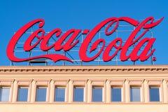在屋顶的大可口可乐广告标志 免版税库存照片