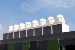 在屋顶的大空气管道,在工厂的屋顶,在室外工厂的屋顶的钢空气管道的大空气管道透气 库存照片