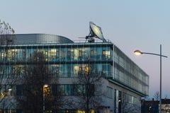 在屋顶的大通讯卫星天线 免版税库存照片