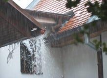 在屋顶的大雨 图库摄影