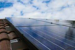 在屋顶的太阳电池板有天空的 免版税库存照片