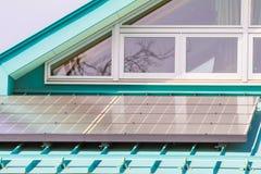 在屋顶的太阳电池板,创新的光致电压的模块绿化能量fo 免版税库存照片