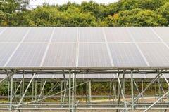 在屋顶的太阳电池板,创新的g光致电压的模块 免版税库存照片