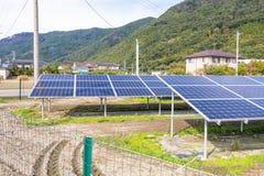 在屋顶的太阳电池板,创新的gr光致电压的模块 免版税库存图片